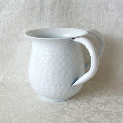 Mooie gehamerde roestvrijstalen kan voor de rituele handwassing, deze kan is gehamerd en wit geëmailleerd