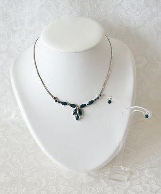 Een bijzonder mooie sieraden set bestaande uit een sierlijk gevormd wit goud verguld collier met Eilat steen en bijpassende oorknopjes