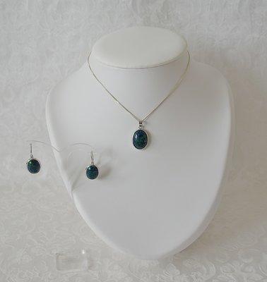 Complete sieradenset van ovaal hangertje met Eilatsteen, bijpassende oorhangers en zilveren ketting van 46 cm (andere maat in overleg mogelijk)