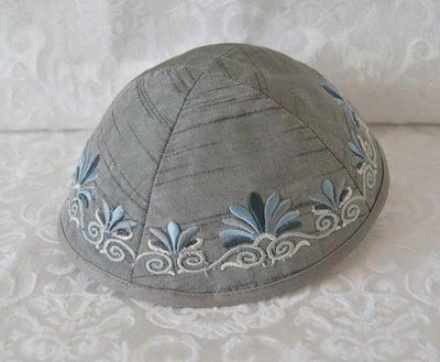 Keppeltje van Yair Emanuel. Ruwe zijde met geborduurde rand. Mooie grijze kleur.