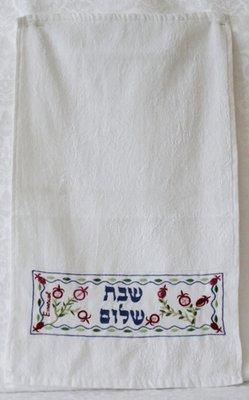 Gastendoekje van Yair Emanuel met borduursel met granaatappels en de tekst Shabbat Shalom in het Hebreeuws.