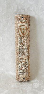 Mezuzah, prachtige grote Mezuzah huls met Jeruzalem afbeeldingen en de letter Sjin van het Hebreeuwse woord Shaddai (=Almachtige) Afmeting 12 x 2,5 cm