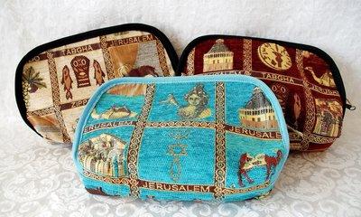 Etui / Make-up tas, groot etui voor meerdere doeleinden met allerlei afbeeldingen van belangrijke plekken in het Bijbelse land. Verkrijgbaar in 3 kleuren