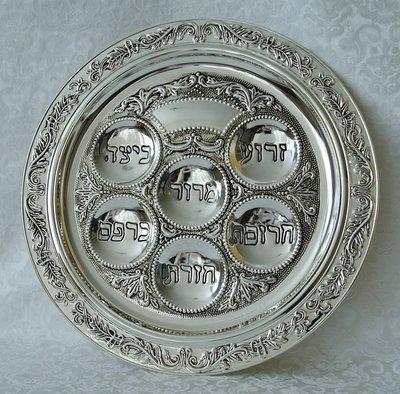 Prachtige Seder schaal, verzilverd. Bij elke uitsparing staat in Hebreeuws het gerechtje dat belangrijk is voor de Seder maaltijd.