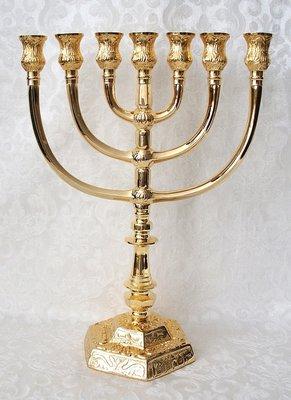 Prachtige zwaar vergulde replica van de Tempel Menorah / Menora in een medium maat van 28 cm hoog en 20 cm breed