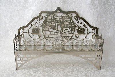 Chanukah Menorah (Chanoekia) voor olie, met Jeruzalem dessin dat met lasertechniek is gesneden uit aluminium (inclusief lampolieglaasjes)