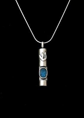 Complete zilveren ketting met Mezuzah hangertje voorzien van een ovaal Romeins glas detail en de letter Sjin van het Hebreeuwse woord Shaddai (Almachtige)
