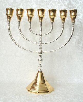 Grote Menorah, prachtige verzilverde Menorah met vergulde grote cups dus geschikt voor grote dinerkaarsen. 30 cm hoog en 26 cm breed