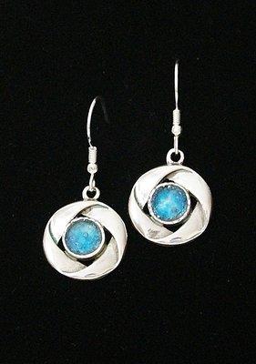Oorhangers, in sierlijke ronde vorm van zilver met Romeins Glas