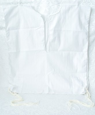 Tallit katan (kleine Tallit) van witte katoen met ingeweven streepje en tzitzit (gebedskwastjes) om onder de kleding te dragen