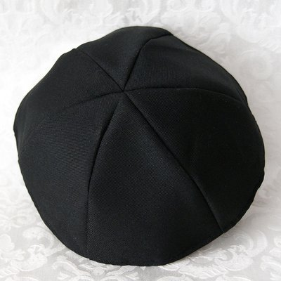Keppeltje van mooie zwarte stof terylene gemaakt van 6 parten voor een betere pasvorm. Doorsnede 22 cm