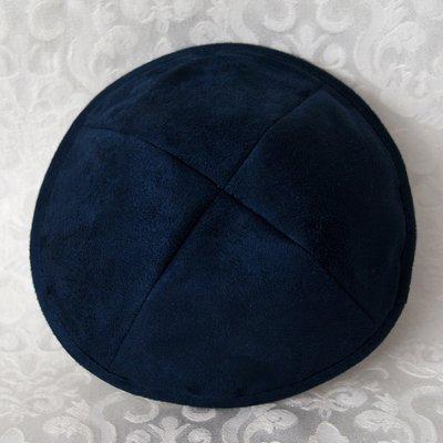 Keppeltje van mooie kwaliteit donkerblauwe suede. Doorsnede 18 cm