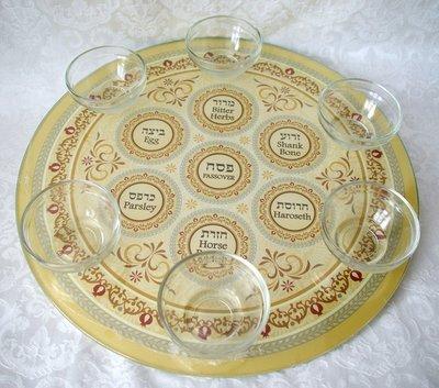 Seder schaal van gehard glas met mooie decoratie van granaatappeltjes en 6 losse schaaltjes. De namen van gerechtjes staan in het Hebreeuws en Engels vermeld