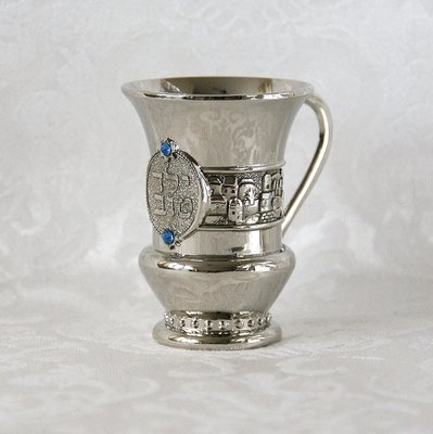 Geboorte Kiddush / Kiddoesj bekertje (verzilverd) voor een jongetje met blauwe steentjes en de Hebreeuwse tekst: 'Yeled tov' (goed / mooi kind)