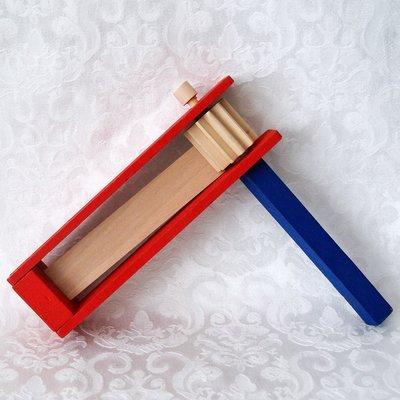 Purim Ratel Large van hout in rood en blauw geschilderd groot formaat 18 x 18 x 3,5 cm
