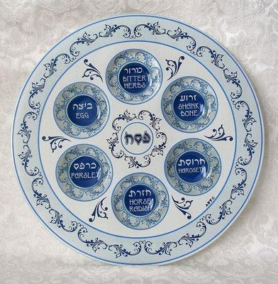Seder schaal van gehard glas met mooie blauw/witte decoratie. De namen van gerechtjes staan in het Hebreeuws en Engels vermeld.