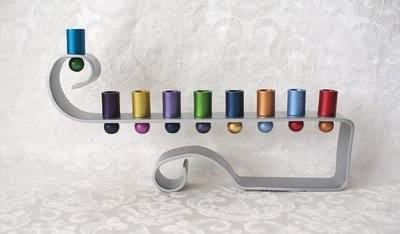 Chanukah Menorah (Chanoekia) van Yair Emanuel sierlijk model in een combinatie van mat zilverkleur en allerlei vrolijke kleurtjes