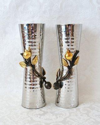 Shabbats kandelaars large, bijzonder kunstwerk van Yair Emanuel van gehamerd metaal met vergulde granaatappels