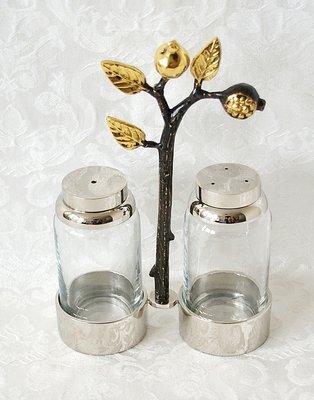 Decoratief Peper en Zout stel in houder van Yair Emanuel met decoratie van granaatappeltjes