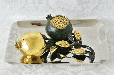 Decoratief Granaatappel Peper en Zout stel op rechthoekig schoteltje van Yair Emanuel