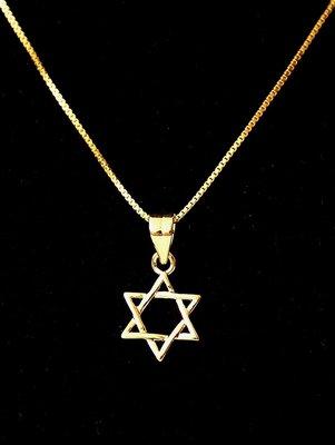 Davidster hangertje, klein gevlochten geel-goud verguld hangertje van de Israelische ontwerpster Marina