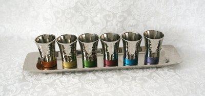Wijnset / Kiddush set bestaande uit een langwerpig dienblaadje met 6 kleine kiddushbekertjes van Yair Emanuel