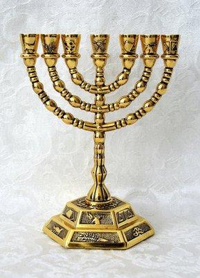 Menorah, schattige kleine vergulde Menorah met de symbolen van de 12 stammen. Afmeting 13 x 13 cm