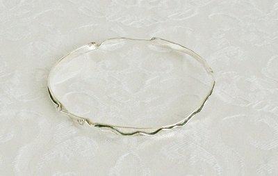 Vaste zilveren armband, handgemaakt door de Israëlische ontwerper Tamir Zuman.