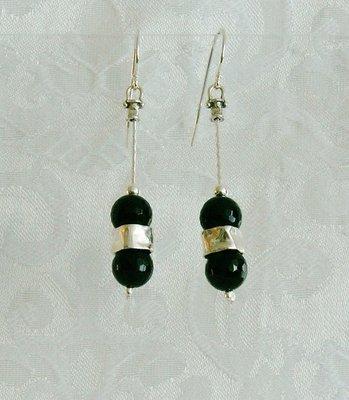Handgemaakte zilveren oorbellen met black obsidian steentjes uit de collectie van de Israëlische ontwerper Tamir Zuman.