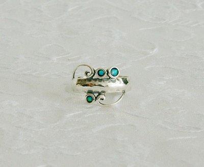 Handgemaakte zilveren ring met zeer bijzondere details waaronder 3 kleine opaaltjes. Uit de collectie van de Israëlische ontwerper Tamir Zuman.