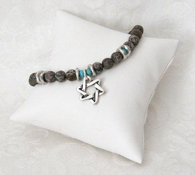 Armbandje van Danon met labradorite steentjes, een Davidster en techelet blauw en zilverkleurige accenten