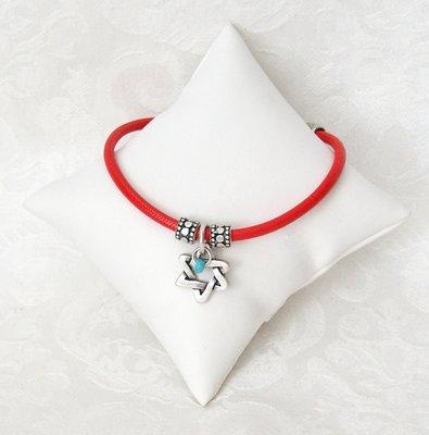 Armbandje van rood leer, een ontwerp van Danon met bewerkte zilverkleurige kralen, een mooi gevlochten Davidster en techelet blauwe steentjes