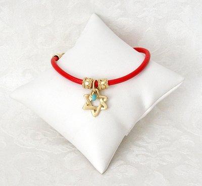 Armbandje van rood leer, een ontwerp van Danon met bewerkte vergulde kralen, een mooi gevlochten Davidster en techelet blauwe steentjes