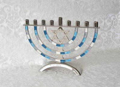 Chanukah Menorah, Chanoekia met Davidster uitgevoerd in nikkel met blauw/witte accenten in emaille