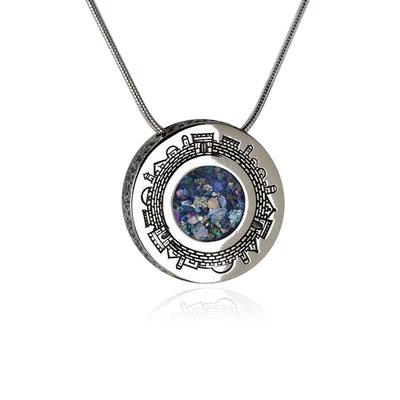 Bijzondere ronde hanger met Jeruzalem en in het hart Romeins Glas aan een bijpassende zilveren ketting uit de Rafael Jewelry Collectie
