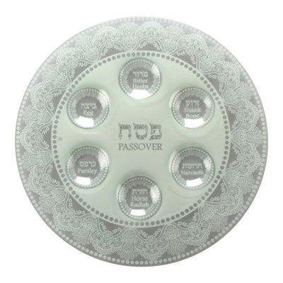 Seder schaal van gehard glas met wit 'kant' motief. De namen van gerechtjes staan in het Hebreeuws en Engels vermeld