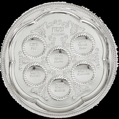 Mooie Seder schaal, verzilverd. Bij elke uitsparing staan in Hebreeuws en Engels de verschillende onderdelen van de Sedermaaltijd vermeld