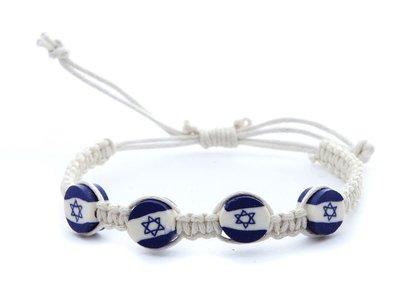 Armband, leuk wit gehaakt armbandje met 'Israelvlag' kralen