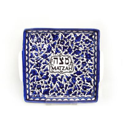 Matze schotel van Armeens aardewerk in blauw/wit met in het midden het woord Matzah in het Hebreeuws en Engels