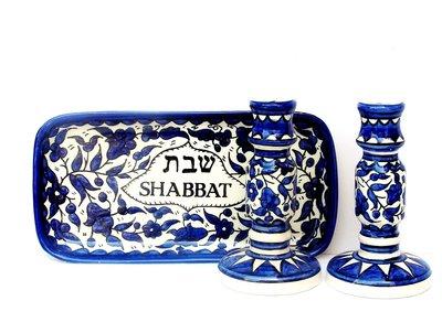 Shabbats kandelaars op Schotel van Armeens aardewerk in blauw/wit met op de schotel het woord Shabbat in het Hebreeuws en Engels