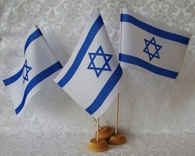 Israel vlag op stokje en stevige ronde tafelstandaard van hout.