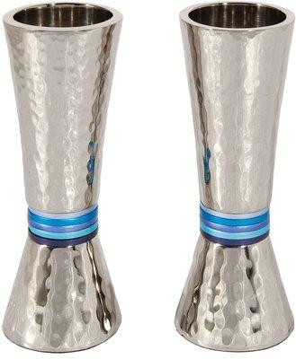 Shabbats kandelaars van gehamerd zwaar metaal in zilverkleur met blauwe ringen van Yair Emanuel