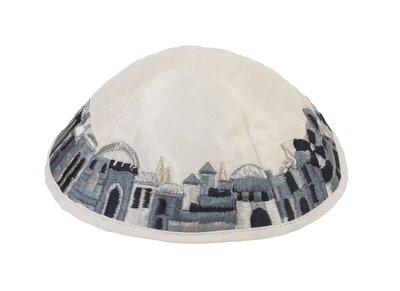 Keppeltje van Yair Emanuel in witte ruwe zijde met Jeruzalem langs de rand geborduurd in zwart/grijstinten