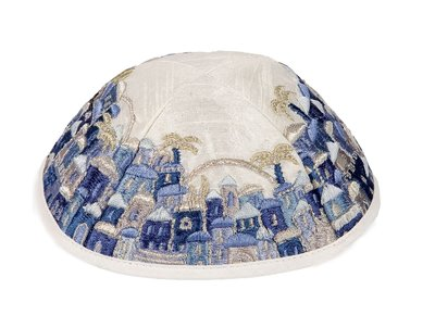 Keppeltje van Yair Emanuel in witte ruwe zijde met een brede blauw geborduurde rand in Jeruzalem patroon