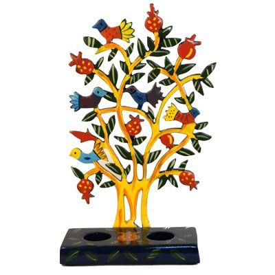 Shabbats kandelaar in de vorm van een granaatappelboom met gele stam duifjes