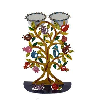 Shabbats kandelaar in de vorm van een handgeschilderde granaatappelboom waarbij de waxinelichtjes aan de bovenkant hangen