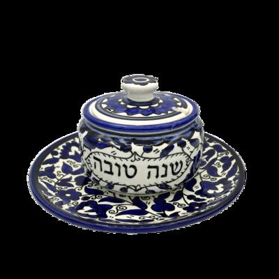 Honingpot op schotel van Armeens aardewerk in blauw/wit met de Hebreeuwse tekst shana tova (een goed nieuwjaar)
