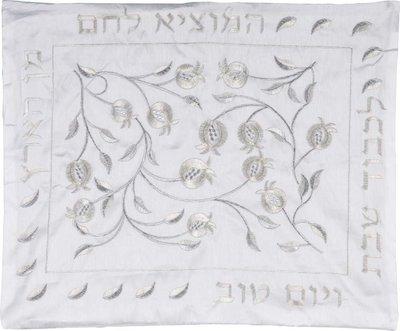 Challah / Challe kleedje, mooi neutraal kleedje van glanzend wit satijn met borduursel van granaatappels en Hebreeuwse tekst