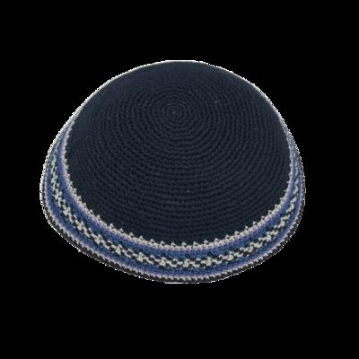 Keppeltje, van fijn gehaakt donkerblauw garen met fantasierand in grijs wit en één accentkleur (assorti)