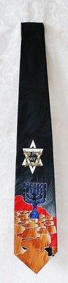 Israel Stropdas. Hoofdkleur zwart met Jeruzalem, een Davidster en een Menorah en de tekst: Bid voor de vrede van Jeruzalem